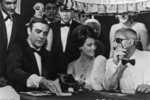 Sean Connery / James Bond pelaa Baccaratia Casino Royalessa.
